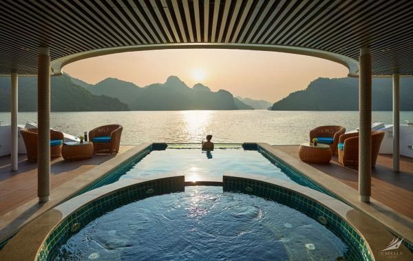 Oasis Pool & Jacuzzi on Capella cruise